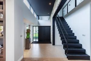 luxe entree stalen trap, interieurarchitect